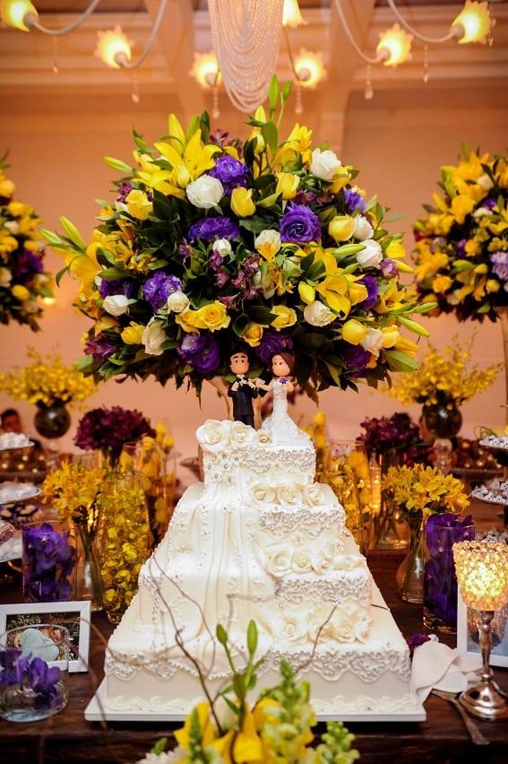 Decoração de casamento em amarelo e roxo mesa do bolo no buffet