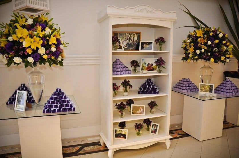 Decoração de casamento em amarelo e roxo estante de doces e portaretrato no -> Decoracao De Banheiro Roxo