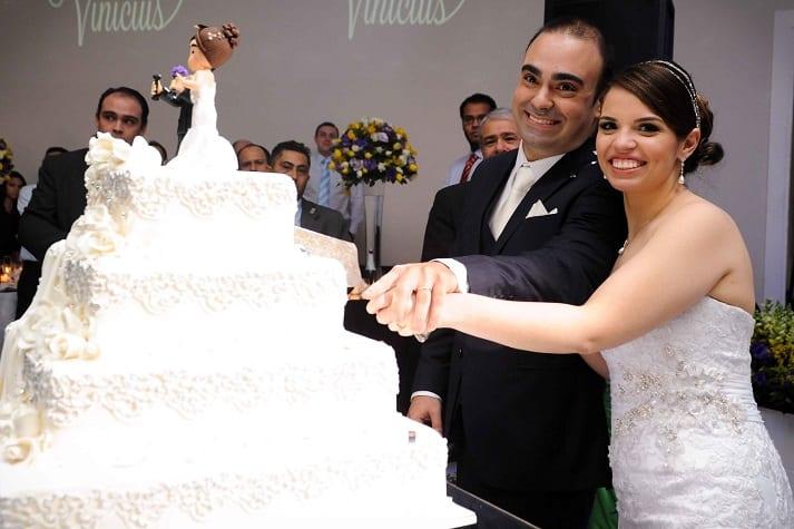 Noivos cortando o bolo de casamento.