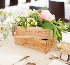 Caixote de madeira de vinhos como centro de mesa com flores em casamento na vinícola. Foto: Angela Higgins Photography.