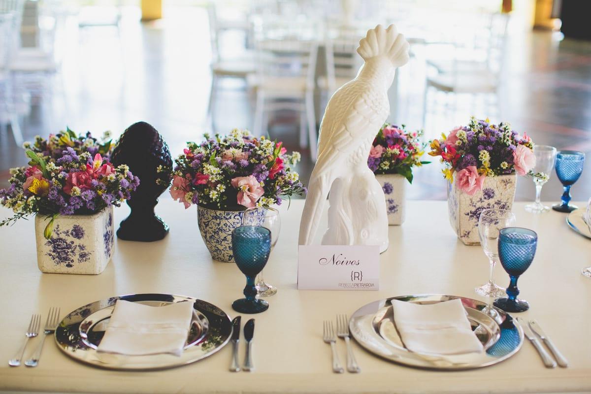 Decoração de mesa de almoço em casamento no campo em estilo