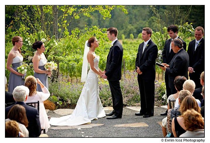 Casamento na vinícola: cerimônia ao ar livre. Foto: Ervim Icoz Photography.