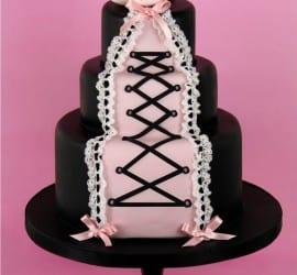 Chá de lingerie: bolo decorado em pasta americana como corselet preto e rosa. Foto: Cakes Haute Couture.