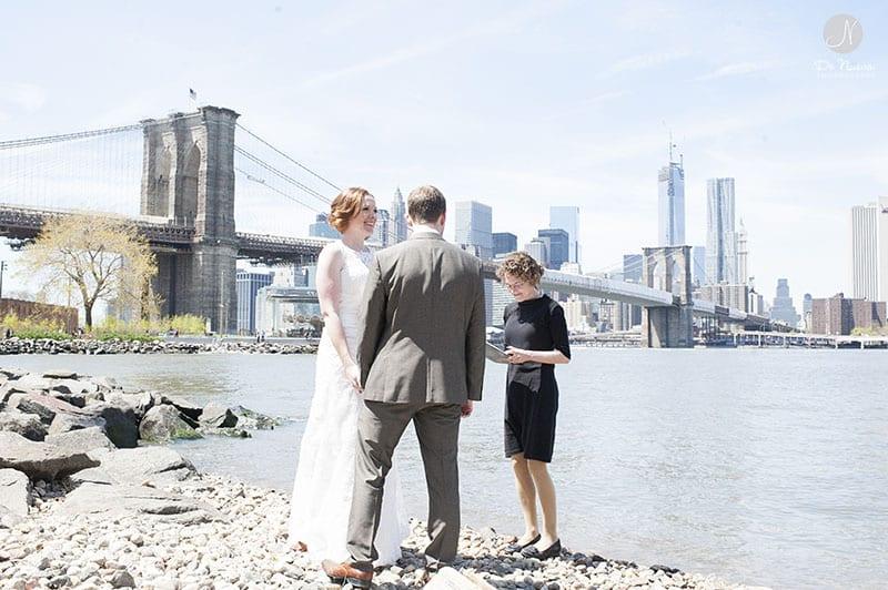 Casamento ao ar livre elopement perto da Brooklyn Bridge em Nova York. Photo De Nueva Photography.