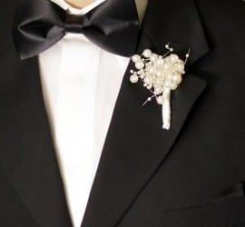 Boutonnière para lapela do noivo com pérolas.