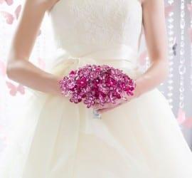 Buquê de noiva em cristais e miçangas rosa shock pink.