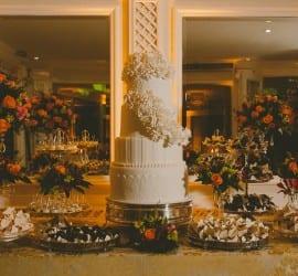 Mesa do bolo do evento Diga Sim no Terraço Itália (doces por Alessandra Tonisi Atelier e foto Mário Lima).