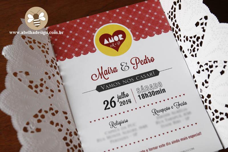 Convite de casamento Abelha Design: envelope em renda, fita vermelha e tag da paçoça Amor.