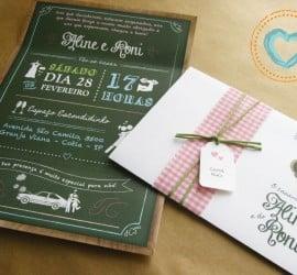 Convite de casamento com lousa de boteco, com envelope amarrado com toalha quadriculada. Da Catita Convites.