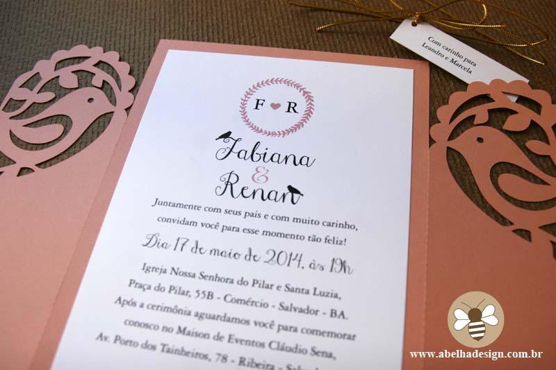 Convite de casamento Abelha Design: envelope recortado em forma de passarinho e coração.