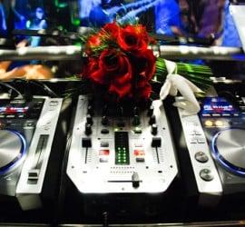Música para festa de casamento: mesa de som do DJ. Foto: Sonia Colvara.