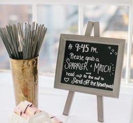 Vela sparkle para casamento com caixinha de fósforo personalizada. Foto: 100 Layer Cake.