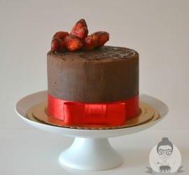 Bolo de chocolate com morangos para noivado, chá bar, mini wedding ou casamento civil. Fonte: Bolos da Cíntia.