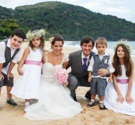 Casamento na praia Tabi e Carlos: daminhas e pajens. Foto: André Pinnola