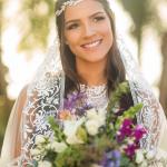 Marcella, noiva de Mateus, com headband e buquê de noiva. Casamento Mateus e Marcella (da dupla Jorge e Mateus). Fotos: Michel Castro.