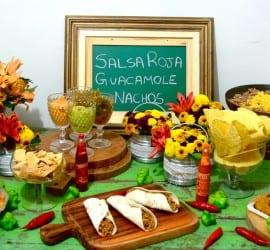Mesa de festa mexicana em casa com burritos, nachos, guacamole, salsa roja. Foto: Buffet Manzoni.
