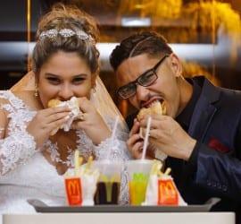 Noiva e noivo comem lanche no McDonalds no dia do casamento. Foto: Perfil Studio Fotográfico.