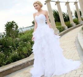 Vestido de noiva tomara-que-caia com saia volumosa com babados. Do AliExpress.