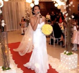 Casamento: entrada da noiva na igreja cantando louvores.