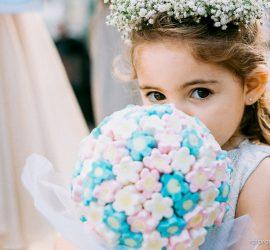 Inspirações para casamento: buquê de marshmallow para daminha de honra. Fotógrafo: Rafa Ramos. Mais inspirações no blog Planejando Meu Casamento ( www.planejandomeucasamento.com.br ).