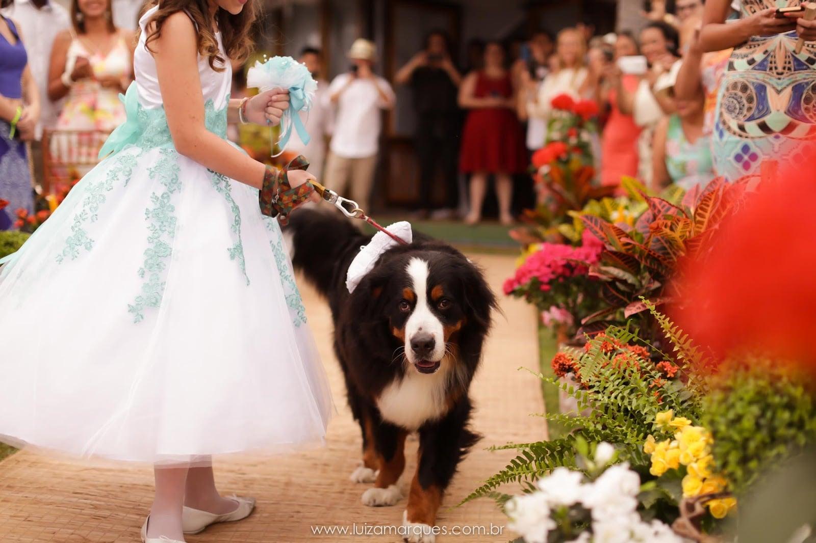Cachorro no casamento. Foto: Luiza Marques. Mais inspirações no site Planejando Meu Casamento ( www.planejandomeucasamento.com.br ).