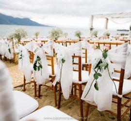 Casamento na praia: decoração de cerimônia pé na areia pela decoradora Beach Flowers no espaço Casa D'Alva em Ilhabela. Fotógrafa: Luiza Marques.