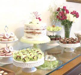 Noivado Bruna + André: mesa dos doces com naked cake do Bolos da Cíntia. Mais inspirações no blog Planejando Meu Casamento ( www.planejandomeucasamento.com.br ).